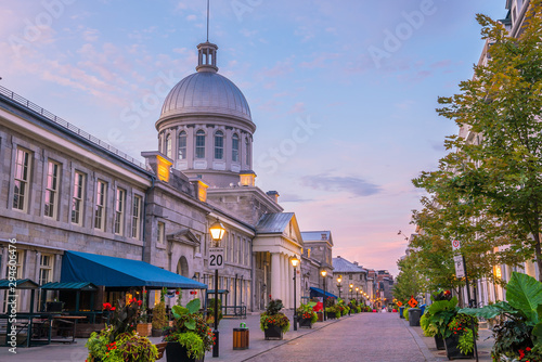 Fotomural Old town Montreal at famous Cobbled streets at twilight