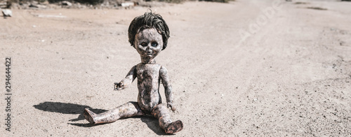 Fotografia panoramic shot of old and scary baby doll on ground, post apocalyptic concept