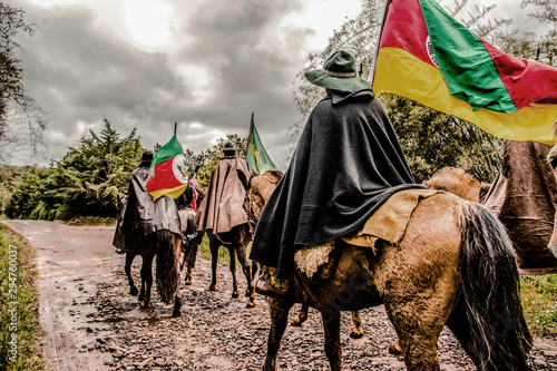 Fotografiet Gauchos riding and carrying the Creole flame to remember the victory in the war of rags