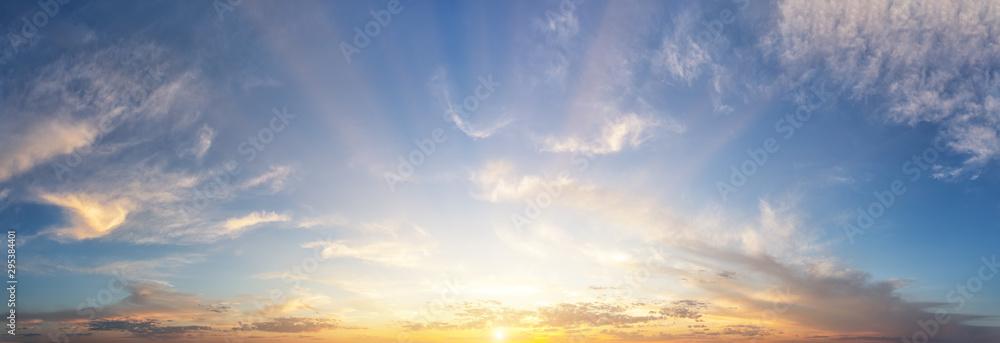 Zmierzchu chmurny niebo z pomarańczowym słońcem <span>plik: #295384401 | autor: alexlukin</span>