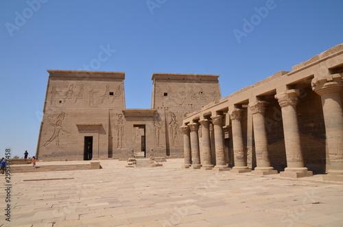 Valokuvatapetti COLONNADE ET PYLÔNE DE NECTANEBO TEMPLE DE PHILAE ASSOUAN EGYPTE