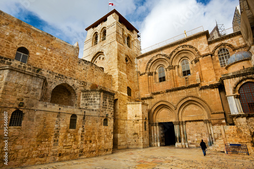 Fotografia Vew on main entrance in at the Church of the Holy Sepulchre in Old City of Jerus