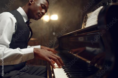 Photo Black grand piano player, jazz performance