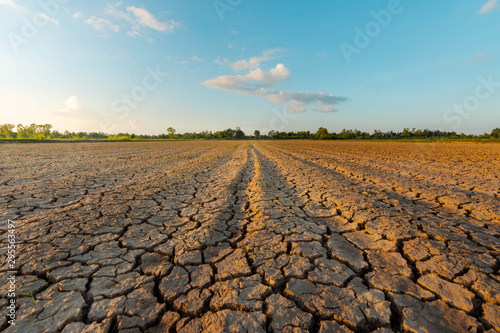 Photo The land is dry and parched because of global warming.