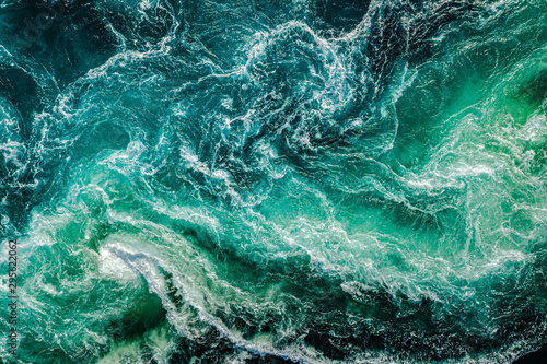 Fotografia Waves of water of the river and the sea meet each other during high tide and low tide