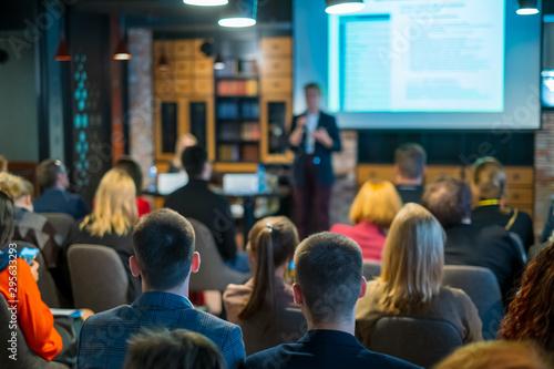 Obraz na płótnie Audience listens lecturer at workshop