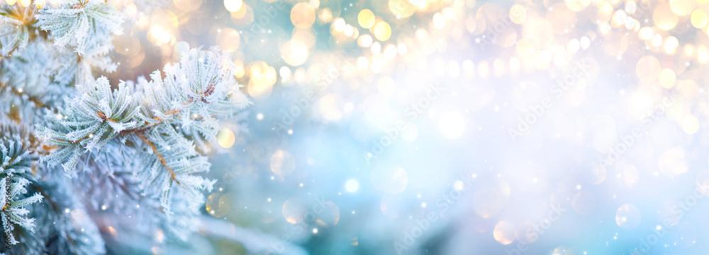 Boże Narodzenie Boże Narodzenie drzewo ze śniegiem ozdobione światła girlandy, tło uroczysty wakacje. Tło ramki panoramicznej. Nowy rok Zimowy projekt artystyczny, świąteczna szeroka granica świątecznej sceny <span>plik: #295662882   autor: Subbotina Anna</span>