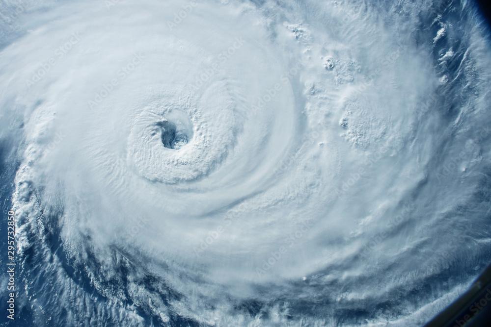 Ogromne tornado, cyklon z kosmosu. <span>plik: #295732850 | autor: Artsiom P</span>