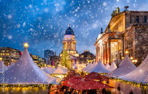 Plakat Tradycyjny niemiecki jarmark bożonarodzeniowy na placu Gendarmenmarkt w Berlinie