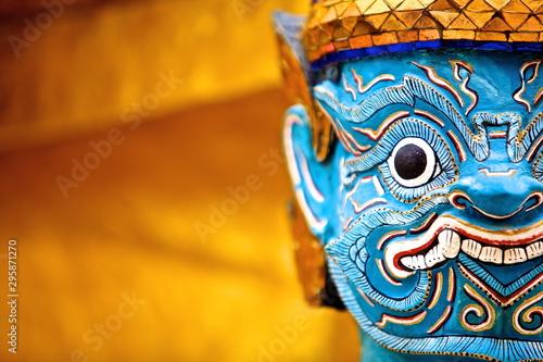 Fototapeta premium Piękny gigantyczny posąg u podstawy złotej pagody w Wat Phra Kaew / Bangkok / Tajlandia.