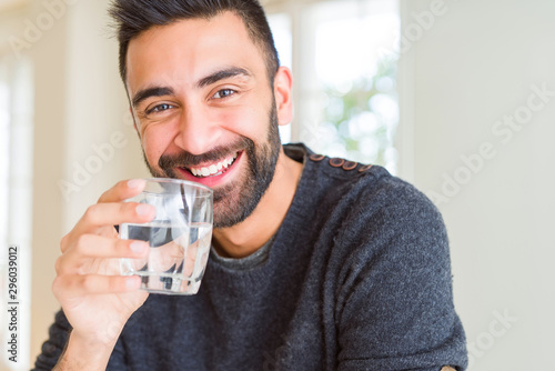 Canvastavla Handsome man drinking a fresh glass of water