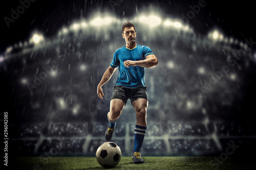 Fotografia Soccer player in action on a dark background