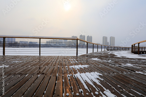 Photo wood trestle bridge in the snow, China