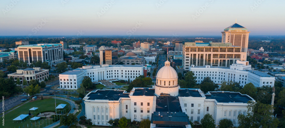 Dexter Avenue leads to the classic statehouse in downtown Montgomery Alabama <span>plik: #296805441 | autor: Christopher Boswell</span>