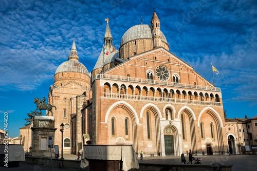 Photo piazza del santo mit basilica im abendlicht in padua, italien.