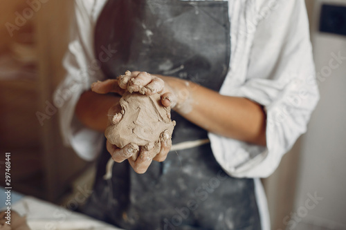 Stampa su Tela Woman in a pottery