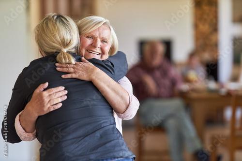 Canvas Print Tochter besucht glückliche Mutter im Altenheim