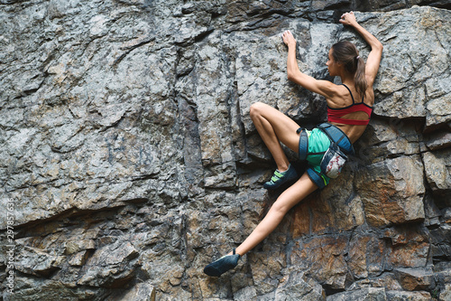 Fotografía Sports Woman With slim fit body Climbing The Rock Having Workout In Mountains