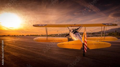 Obraz premium zachód słońca samolot oldtimer