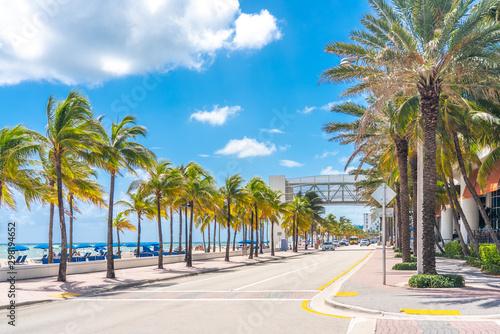 Valokuvatapetti Fort Lauderdale Beach promenade with palm trees