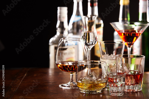 Canvas Print Large assortment of different cocktails in glasses