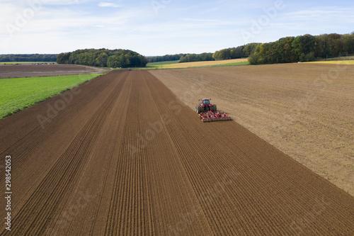 Canvas Print Un tracteur dans une parcelle de terre