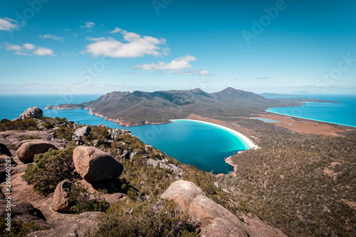 Obraz na płótnie View from Mount Amos to the spectacular Wineglass Bay, white sandy beach and tur