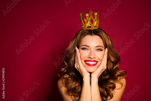 Fotografie, Obraz Photo of model lady red pomade nude shoulders golden crown on head arms cheekbon