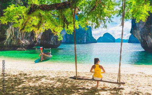 Fotografia Traveler woman relaxing on summer vacation beach joy beautiful nature scenic lan