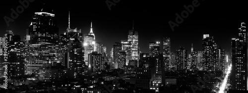Panoramiczny nocny widok na centrum Manhattanu i Hell's Kitchen, czarno-biały