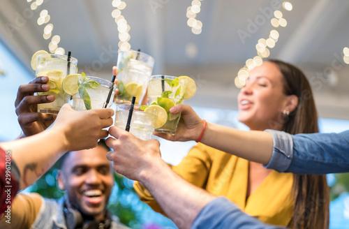 Photo Best friends drinking together at fashion bar restaurant - Friendship concept wi