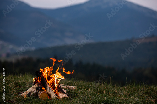 Foto Burning bonfire in the evening in the Carpathian mountains