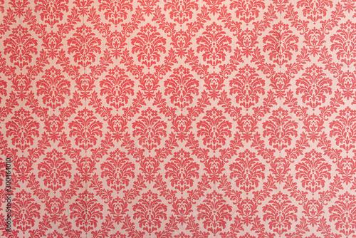z-czerwonym-ornamentem-w-stylu-retro