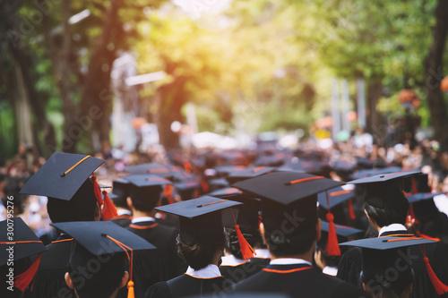 Foto backside graduation hats during commencement success graduates of the university, Concept education congratulation
