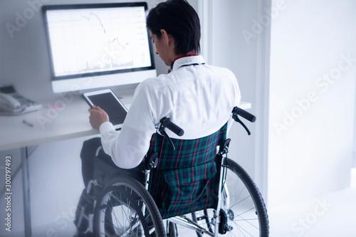 Fotografie, Tablou 車椅子のビジネスマン