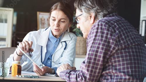 Obraz na plátně Doctor with patient in medical office