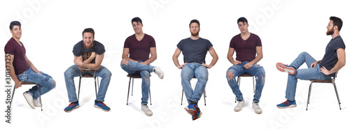 Fotografia men sitting in various ways in a chair
