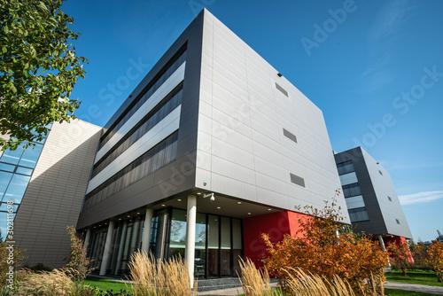 modern office building against a nice blue sky Fototapet
