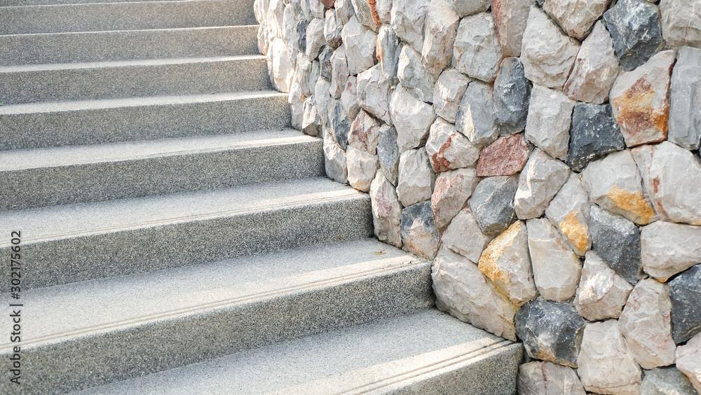 Schody i dekoracyjne kamienne ściany <span>plik: #302175602 | autor: kwanbenz</span>