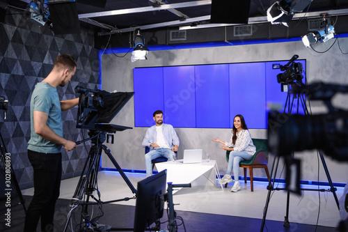 Cuadros en Lienzo Presenters and video camera operator working in studio