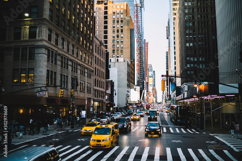 Slika na platnu Urban setting view of busy midtown district on Manhattan with tall building and