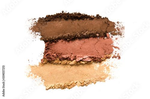 Fotografia Crushed eyeshadow makeup set isolated on white background