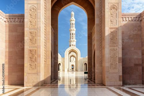 Obraz na płótnie View of minaret through arches of Sultan Qaboos Grand Mosque