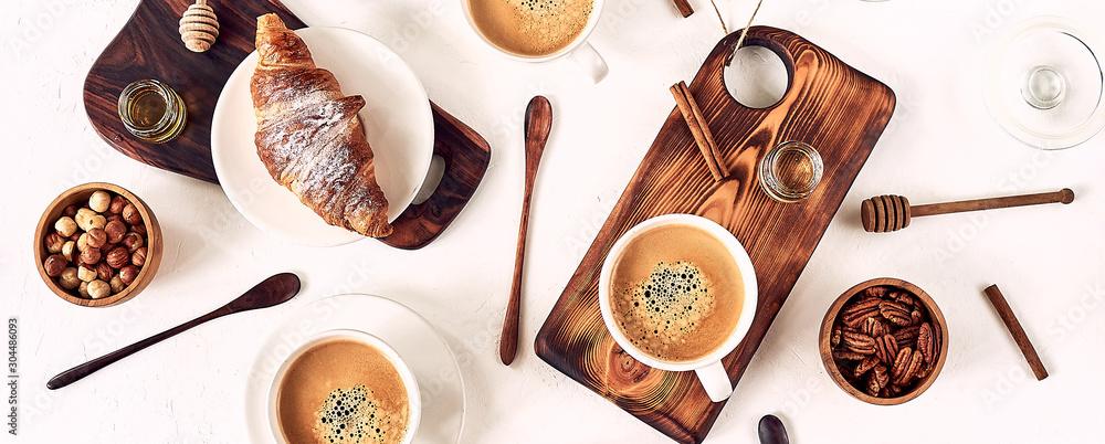 francuskie śniadanie, kawa i rogalik, widok z góry, leżał płasko <span>plik: #304486093 | autor: conssuella</span>