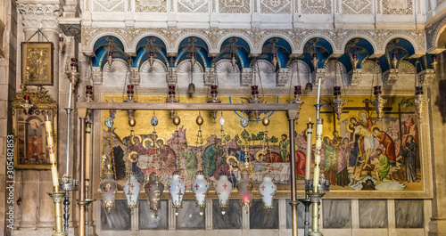 Photo Inside the Church of the Holy Sepulchre, the greatest Christian shrine in Jerusa