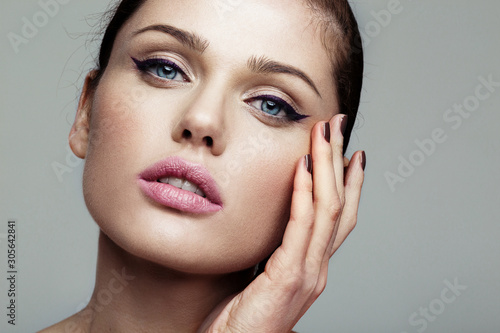 Carta da parati close-up beauty shot of young pretty model with bright make-up