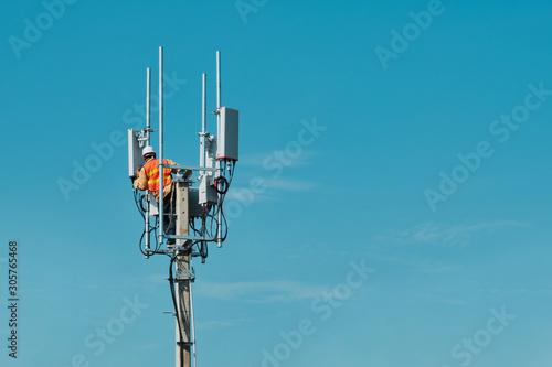 Technician on telecommunication antenna tower Fototapete