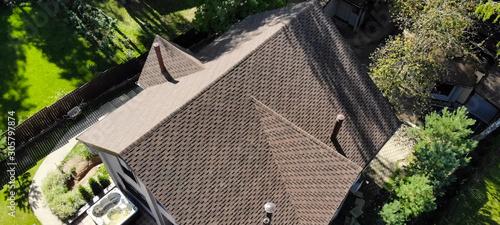 Fotografia Bituminous tile for a roof. a roof from a bituminous tile. Moder