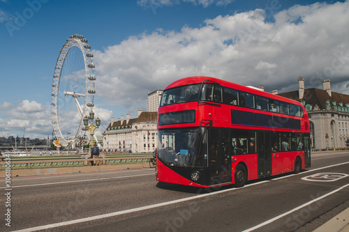 Canvastavla Iconic red double decker bus in London, UK