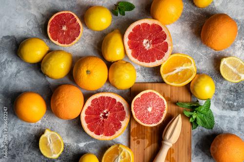 Tableau sur Toile Top view on fresh citrus fruits composition with oranges, lemons, grapefruits an